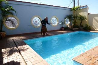 tos maakt zwembad schoon